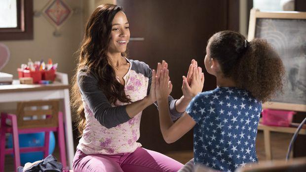 Obwohl Rosie (Dania Ramirez, l.) sich super mit der etwas sonderbaren Katy (G...
