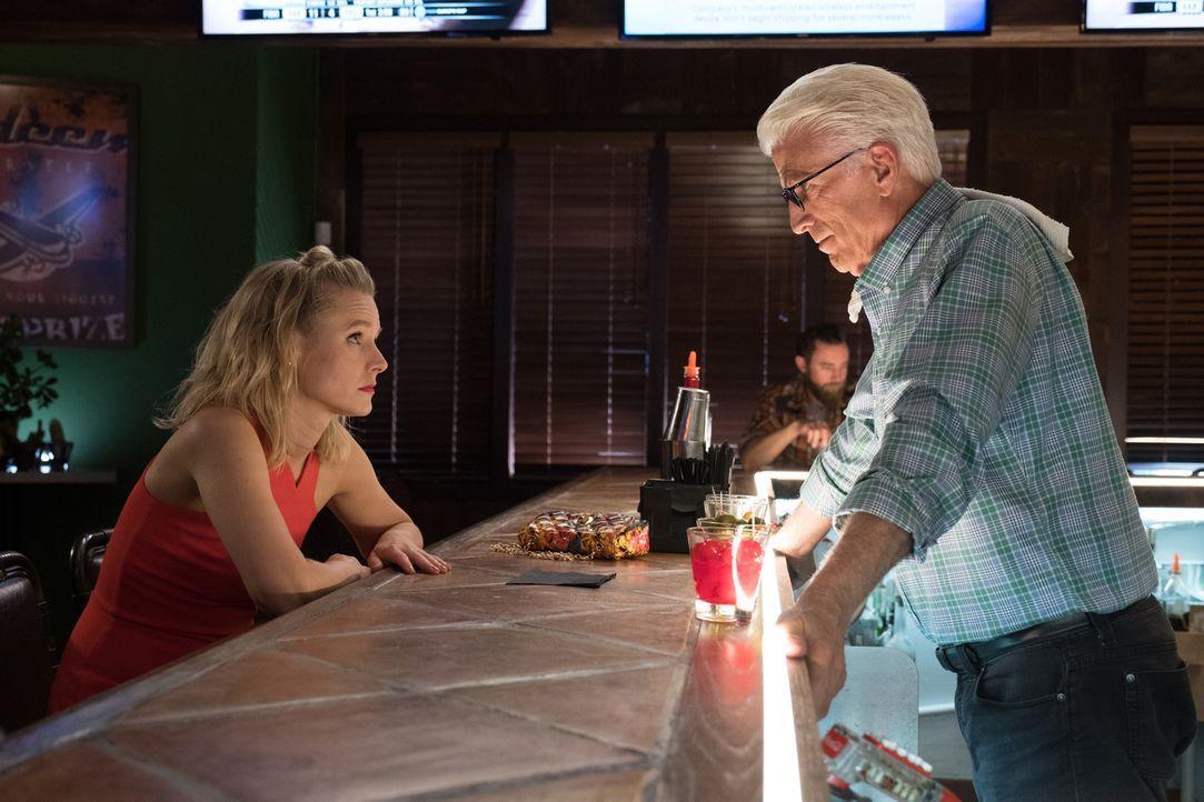Eigentlich ist es Michael (Ted Danson, r.) untersagt, in den ultimativen Test einzugreifen, doch für Eleanor (Kristen Bell, l.) geht er ein Wagnis e... - Bildquelle: Colleen Hayes 2017 Universal Television LLC. ALL RIGHTS RESERVED.