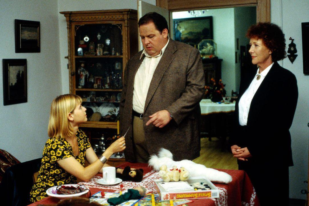 Im Hause des ermordeten Pfarrers findet Kommissar Benno Berghammer (Ottfried Fischer, M.) Iris (Bojana Golenac, l.), eine ehemalige Fixerin, vor. Di... - Bildquelle: Magdalena Mate Sat.1