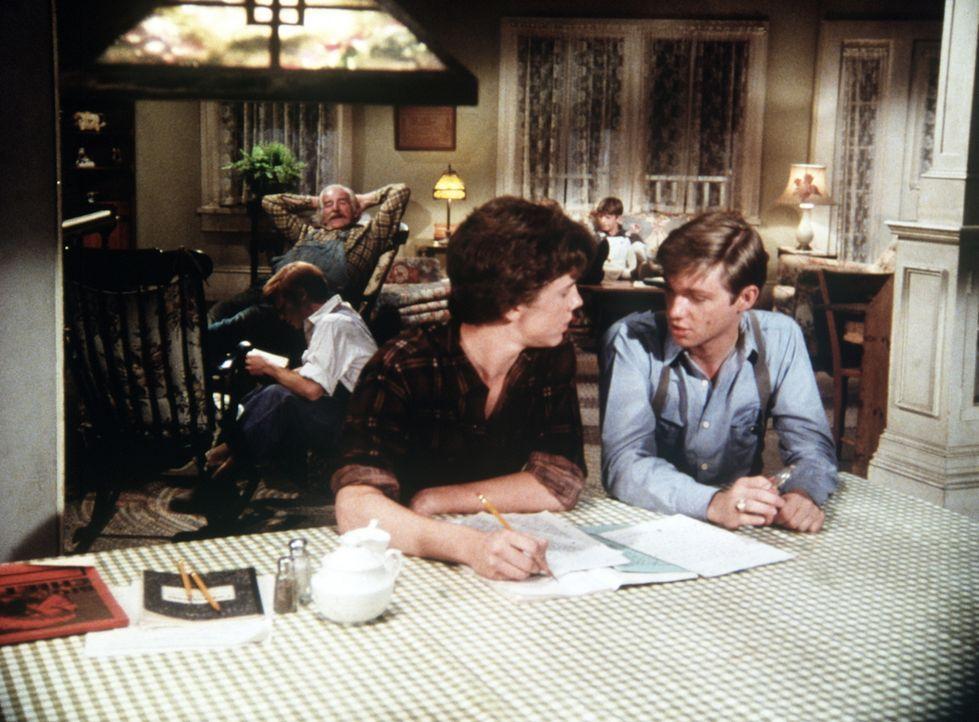 John-Boy (Richard Thomas, r.) hat seinen Freund Chad (Michael O'Keefe, l.) mit nach Hause gebracht. Schon bald sind Mary Ellen und Erin unsterblich... - Bildquelle: WARNER BROS. INTERNATIONAL TELEVISION
