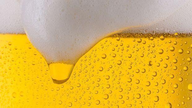 Bier und Schaumkrone im Bierglas in Großaufnahme