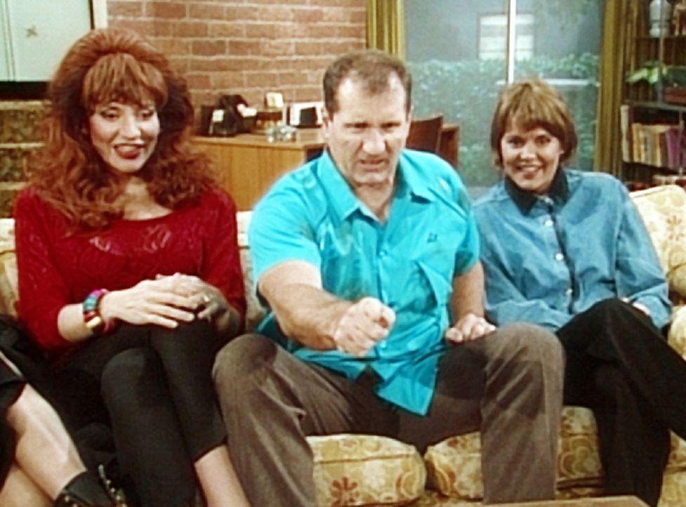 """Peggy (Katey Sagal, l.) und Marcy (Amanda Bearse, r.) erfreuen sich an ihrer Lieblingsfernsehshow """"Der männliche Feminist"""", während Al (Ed O'Neill,... - Bildquelle: Sony Pictures Television International. All Rights Reserved."""