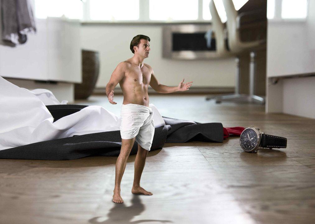 Plötzlich klein: Alex (Stephan Luca) findet sich am Morgen nach seiner Willkommensfeier auf Minitaturgröße geschrumpft neben seinen nun riesig wi... - Bildquelle: Laura Schleicher SAT.1