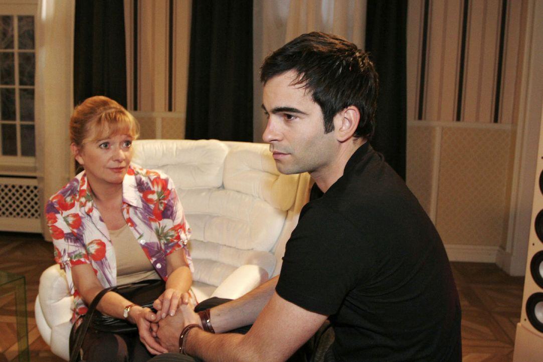 Helga (Ulrike Mai, l.) appelliert an Davids (Mathis Künzler, r.) Gewissen und bittet ihn, Lisas Glück nicht im Wege zu stehen. - Bildquelle: Noreen Flynn Sat.1