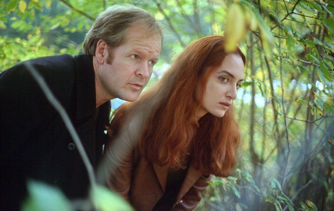 Nina Carstens (Natalia Wörner, r.) und Wolfi (Guntbert Warns, l.) stellen eigene Ermittlungen an. - Bildquelle: Ruhnau Sat.1