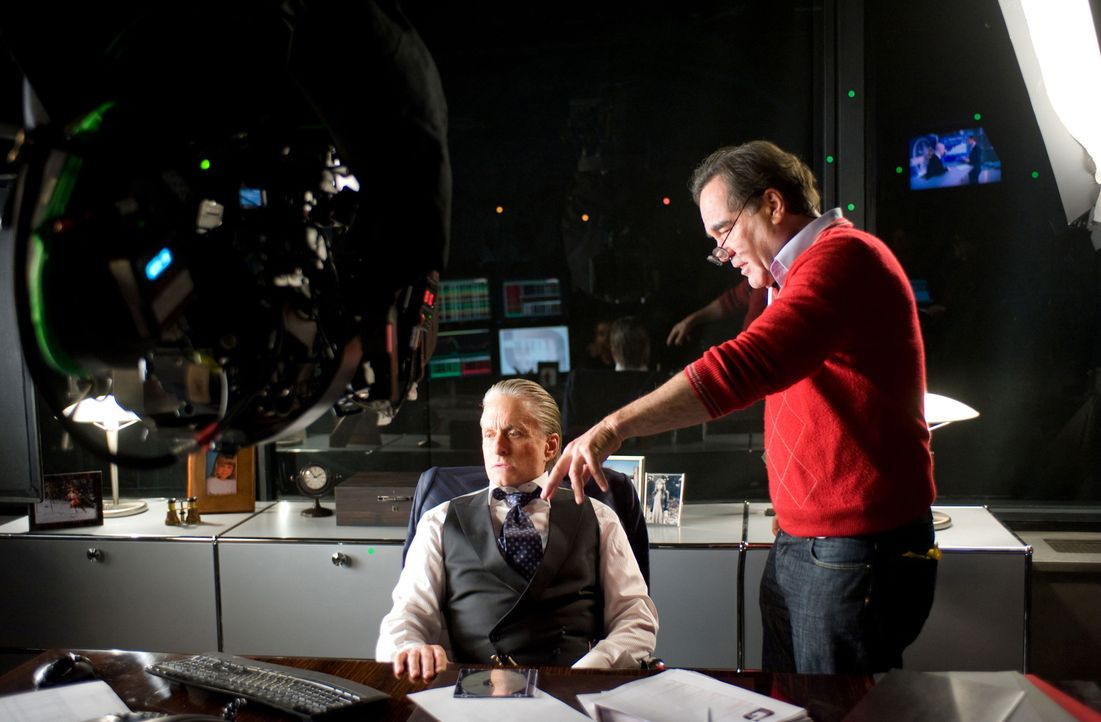 Regisseur Oliver Stone (r.) mit Hauptdarsteller Michael Douglas (l.)... - Bildquelle: TM and   2010 Twentieth Century Fox Film Corporation.  All rights reserved.  Not for sale or duplication.