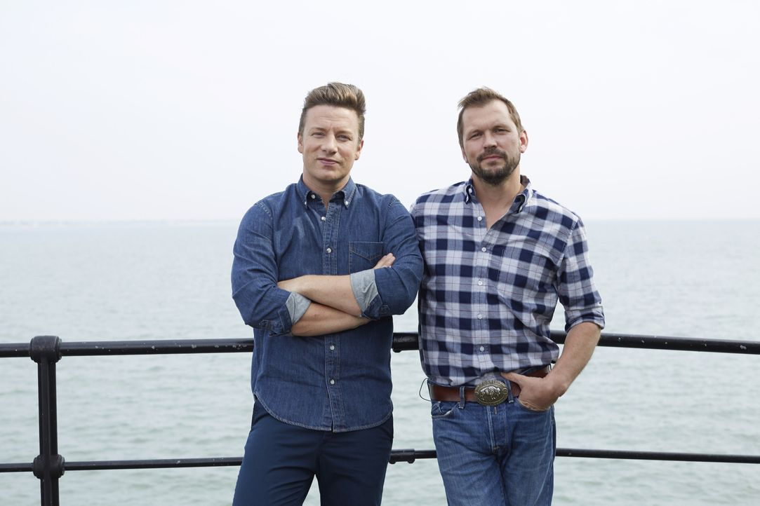 (3. Staffel) - Auf Jamie Oliver (l.) und Jimmy Doherty (r.) warten einige spektakuläre Gäste, die alle in ihrem Café ihre Kochkünste zum Besten gebe...