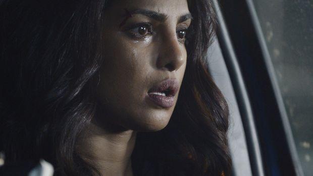 Alex (Priyanka Chopra) wird mit der Atombombe im Wagen von Drews Stimme mit u...