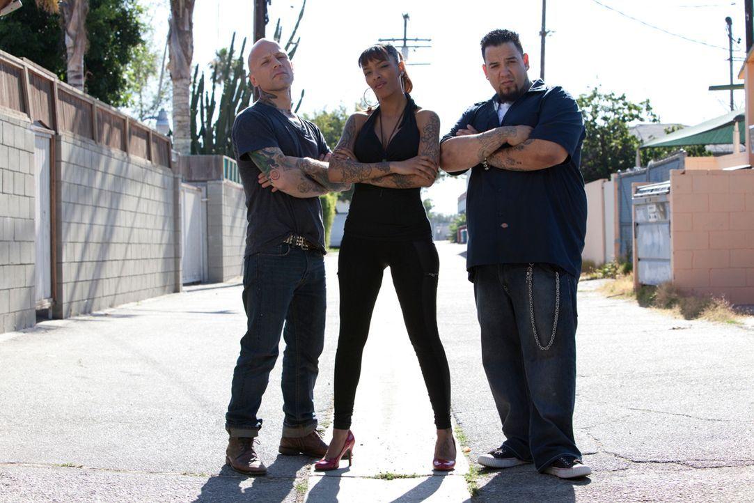 In L.A. haben sich Tommy Helm (l.), Big Gus (r.) und Jasmine Rodriguez (M.) darauf spezialisiert, misslungene Tattoos auszubessern ... - Bildquelle: 2012 Spike Cable Networks Inc. All Rights Reserved.
