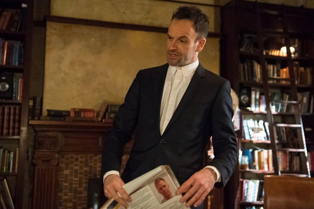 Ermittelt in einem neuen Fall: Holmes (Jonny Lee Miller) ... - Bildquelle: CBS Television