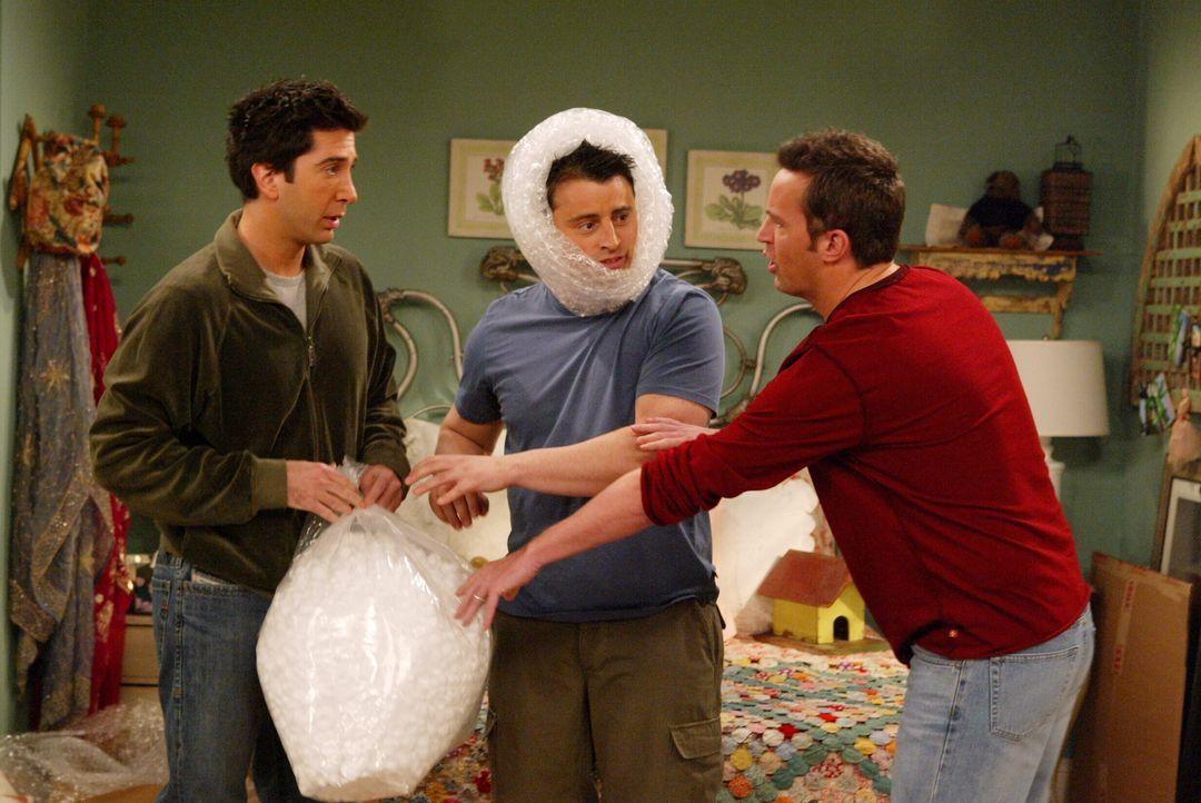 Ross (David Schwimmer, l.), Joey (Matt LeBlanc, M.) und Chandler (Matthew Perry, r.) beginnen mit den ersten Vorbereitungen für den großen Umzug ... - Bildquelle: Warner Bros. Television