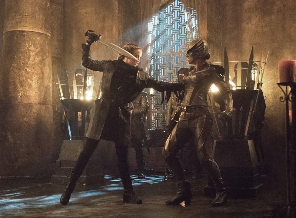 Dieser Kampf hat nichts gemein mit den Übungskämpfen auf dem Raumschiff, denn Sara (Caity Lotz, l.) wird unter keinen Umständen davor zurückschrecke... - Bildquelle: 2015 Warner Bros.