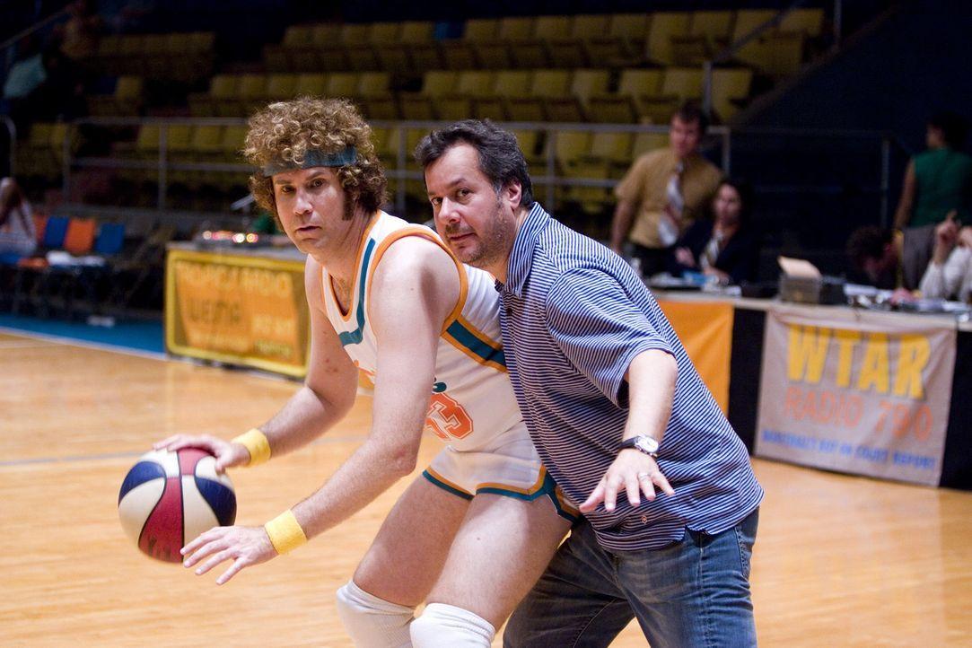 Regieanweisung: Regisseur Kent Alterman, r. und sein Hauptdarsteller Will Ferrell, l. - Bildquelle: 2008 Warner Brothers