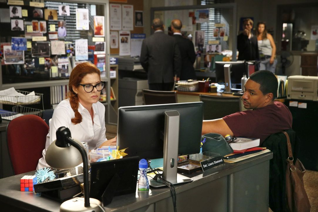 Versuchen alles, um einen Mordfall zu lösen: Billy (Laz Alonso, r.) und Laura (Debra Messing, l.) ... - Bildquelle: Warner Bros. Entertainment, Inc.