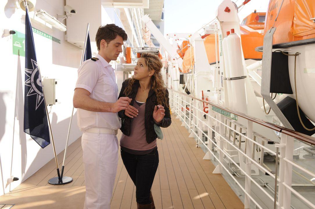 Nina (Maria Wedig, r.) die als blinder Passagier an Bord ist, wird von Steward Julian (Christoph Schulenberger, l.) erwischt. Doch was wird mit ihr... - Bildquelle: SAT.1