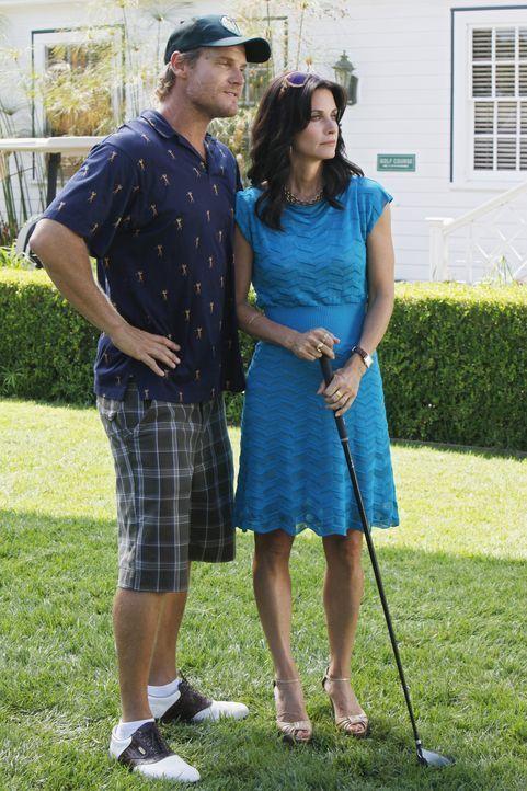 Während Bobby (Brian Van Holt, l.) versucht, durch Golfspielen an Geld zukommen, plant Jules (Courteney Cox, r.), sich von Josh zu trennen ... - Bildquelle: 2009 ABC INC.
