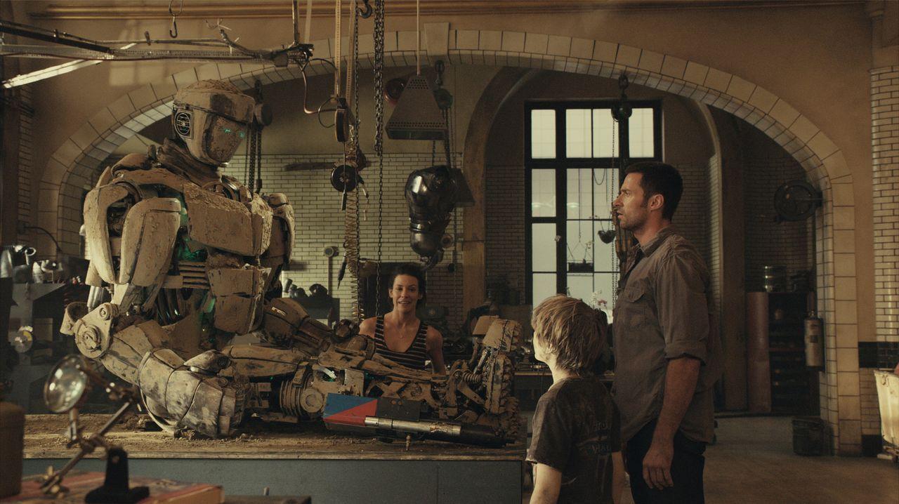 Mit der Hilfe von Bailey (Evangeline Lilly, l.) bauen und trainieren Charlies (Hugh Jackman, r.) und sein zehnjähriger Sohn Max (Dakota Goyo, M.) d... - Bildquelle: Greg Williams, Melissa Moseley DREAMWORKS STUDIOS.  All rights reserved
