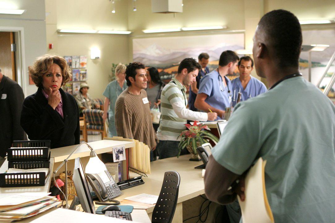 Burkes Mutter (Diahann Carroll, l.) ist auf der Suche nach Cristina. Tyler (Moe Irvin, r.) versucht sie abwimmeln, doch das ist gar nicht  so leicht... - Bildquelle: Touchstone Television