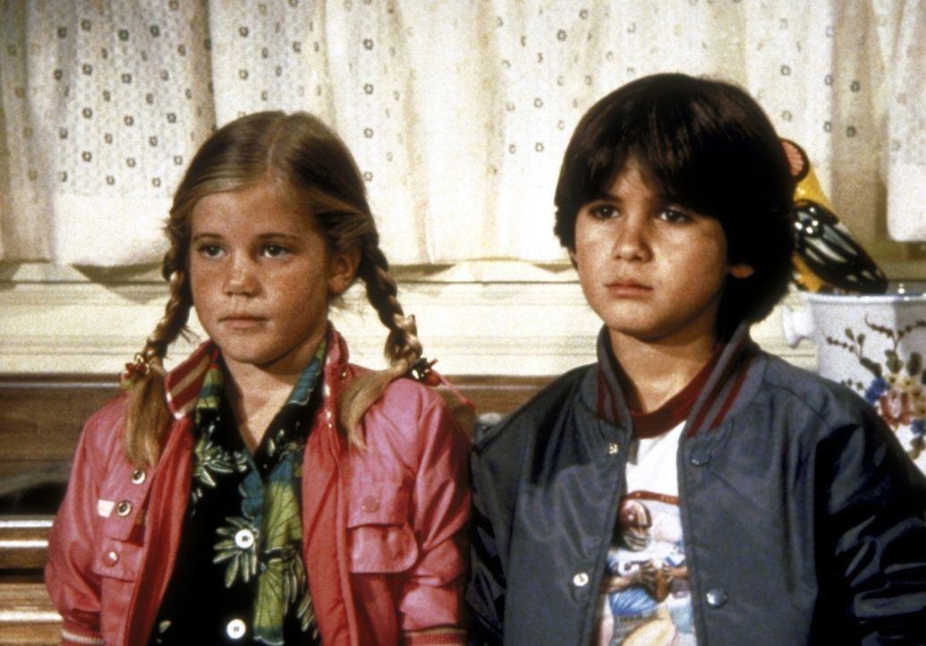 """Sarah (Kelley Parker, l.) und Joey (R.J. Williams, r.) sehen ihre Lieblingssendung: """"Das ist unser Dad"""". - Bildquelle: Worldvision Enterprises, Inc."""
