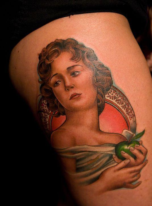 Tommy Helm weiß, was er kann und zeigt der Jury mit seinem Tattoo, wie schön er Gesichter und Hände stechen kann ... - Bildquelle: Fernando Leon Spike TV