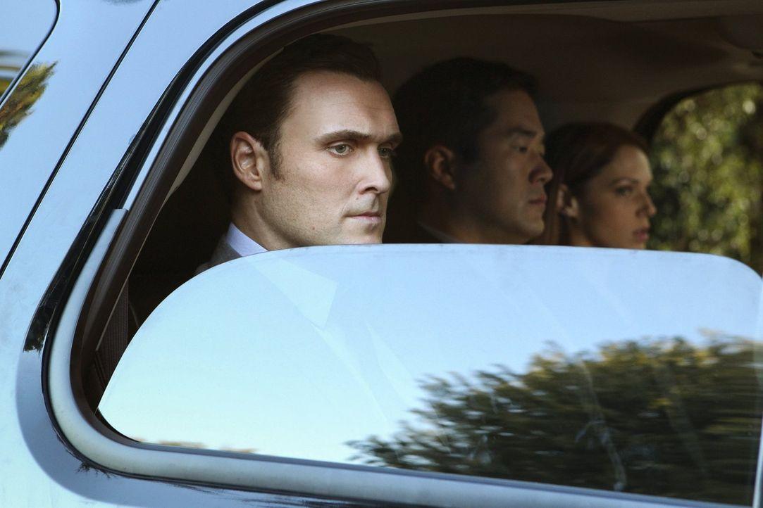 Wurden vom FBI festgenommen: Wayne (Owain Yeoman, l.), Kimball (Tim Kang, M.) und Grace (Amanda Righetti, r.) ... - Bildquelle: Warner Bros. Television