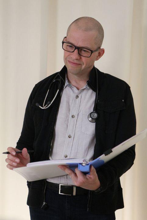 Dr. Cyril Taft (Jon Cryer) steht Gibbs zur Seite, als er sich erneut mit seinen Nahtoderfahrungen auseinandersetzen muss ... - Bildquelle: Sonja Flemming CBS Television