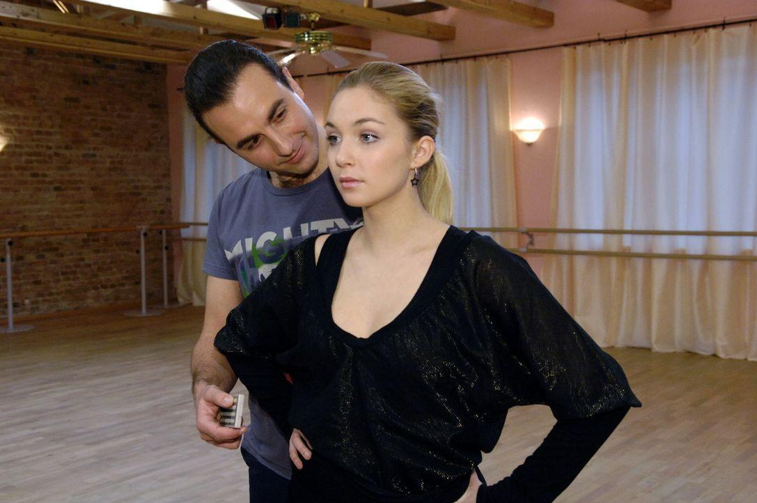 Lily (Jil Funke, r.) muss feststellen, dass Tanztrainer Pablo (Gaston Bacchiani, l.) nicht nur an ihrem Tanztalent interessiert ist. - Bildquelle: Claudius Pflug Sat.1