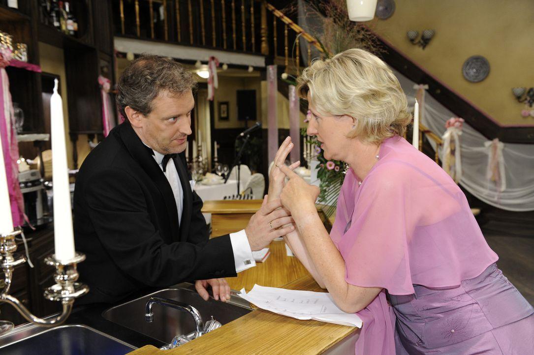 Ingo (Wolfgang Wagner, l.) versucht Susanne (Heike Jonca, r.), die völlig aufgeregt ist, zu beruhigen ... - Bildquelle: Sat 1