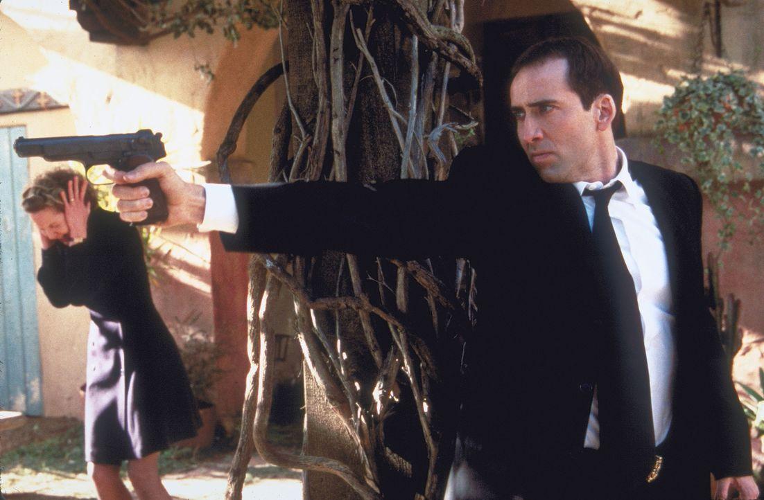 Noch ahnt Eve (Joan Allen, l.) nicht, dass in dem Körper von Gangster Castor Troy (Nicolas Cage, r.) ihr Ehemann, der FBI-Agent Sean Archer, steckt... - Bildquelle: Touchstone Pictures