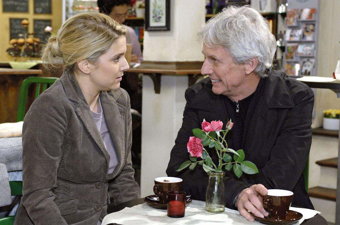 Anna (Jeanette Biedermann, l.) ist glücklich, als Robert (Mathieu Carrière, r.) sie in seine Pläne einweiht ... - Bildquelle: Oliver Ziebe Sat.1