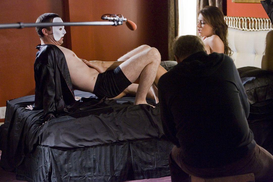 Andy (Justin Kirk, l.) bekommt eine Rolle bei einem Pornofilm. Steht ihm nun eine große Karriere bevor? - Bildquelle: Lions Gate Television