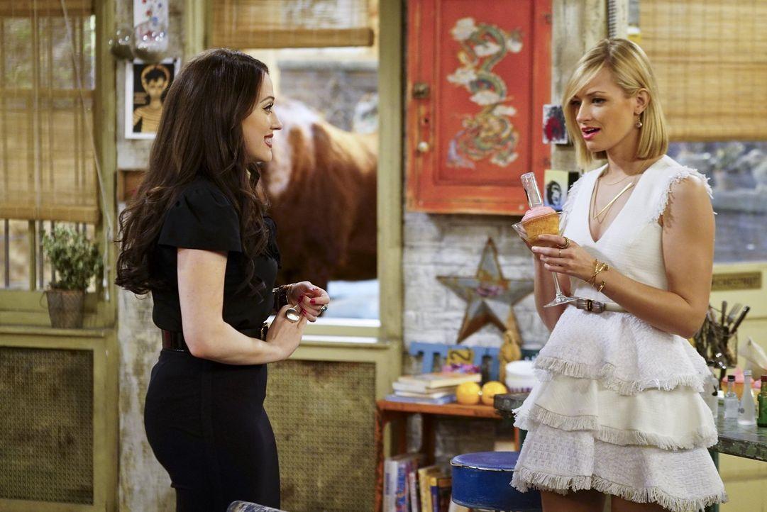 Caroline (Beth Behrs, r.) ist von Max' (Kat Dennings, l.) Vorschlag, den Cupcake-Verkauf in eine Dessert-Bar zu verwandeln, begeistert. Dass dieses... - Bildquelle: 2016 Warner Brothers