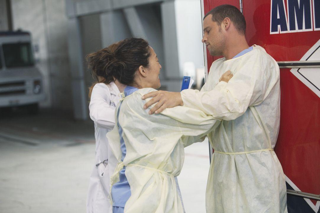 Als Cristina (Sandra Oh, l.) erfährt, dass Meredith gefeuert wurde, geht sie auf Alex (Justin Chambers, r.) los, da sie ihm die Schuld dafür gibt... - Bildquelle: ABC Studios