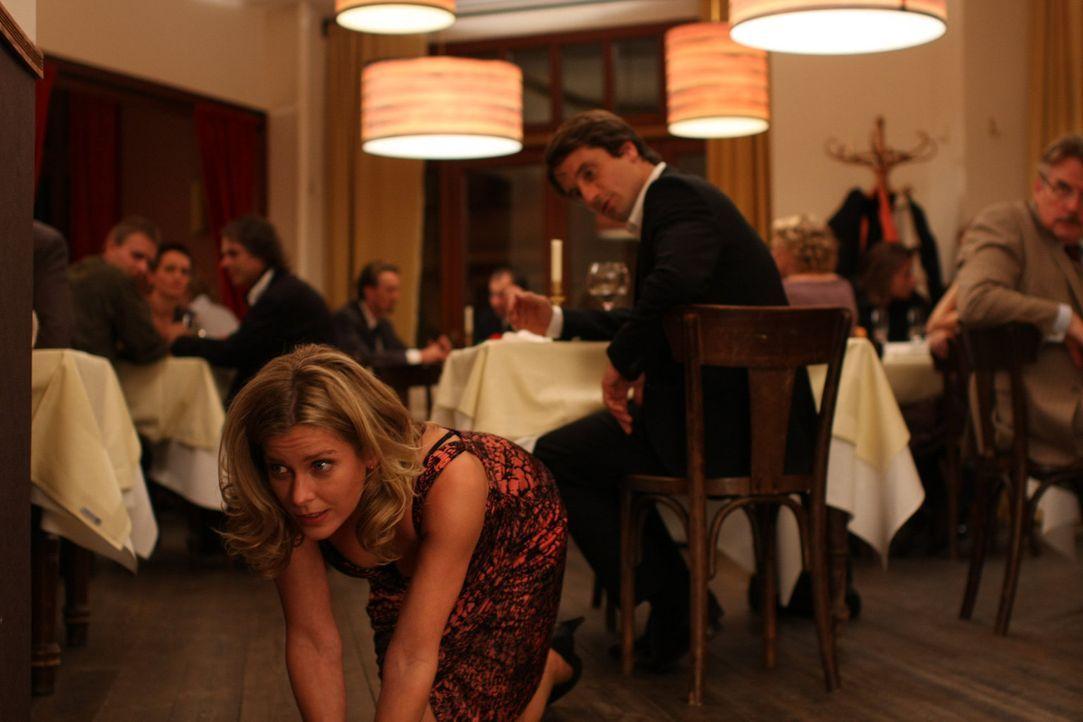 Bereits nach kurzer Zeit kann sich Hanno Wolf (Oliver Mommsen, r.) dem Charme Majas (Valerie Niehaus, vorne.) nicht länger entziehen. Er verbringt e... - Bildquelle: Jochen Röder SAT.1