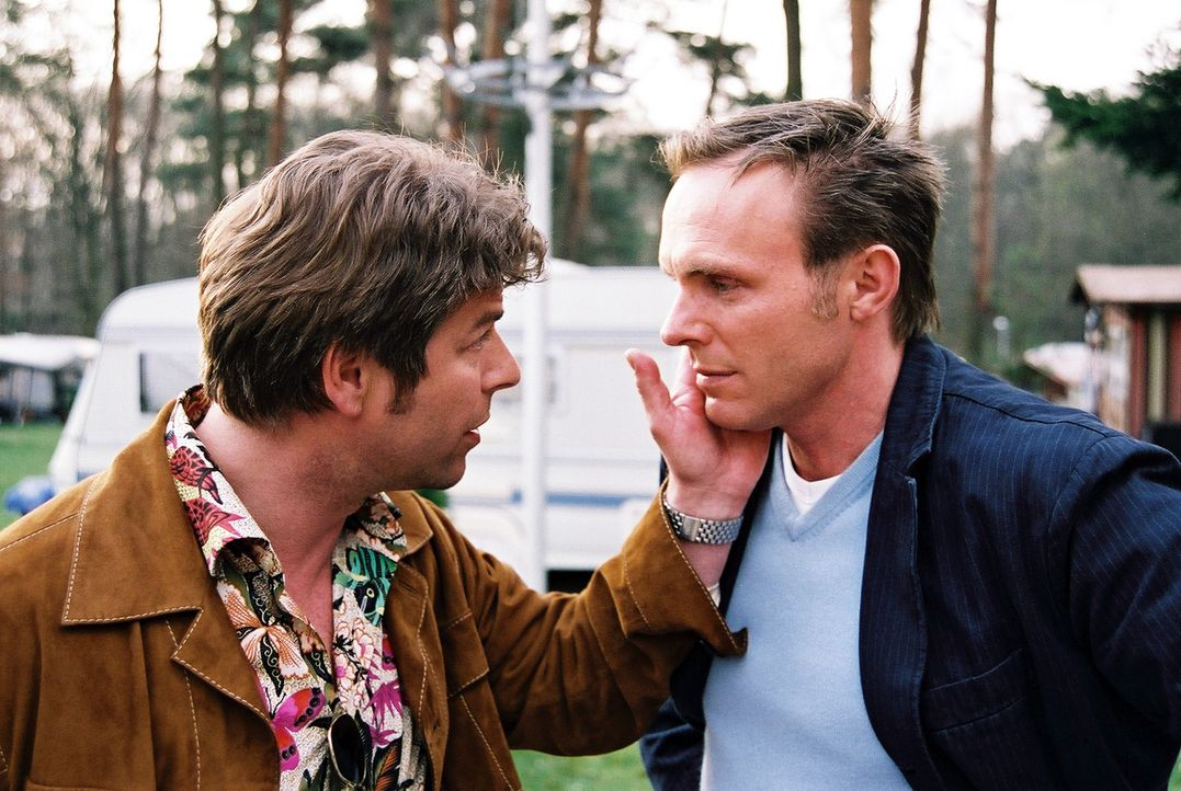 Jupp (Uwe Fellensiek, l.) und Falk (Dirk Martens, r.) haben die Mordfälle auf dem Campingplatz erfolgreich gelöst. - Bildquelle: Thekla Ehling Sat.1