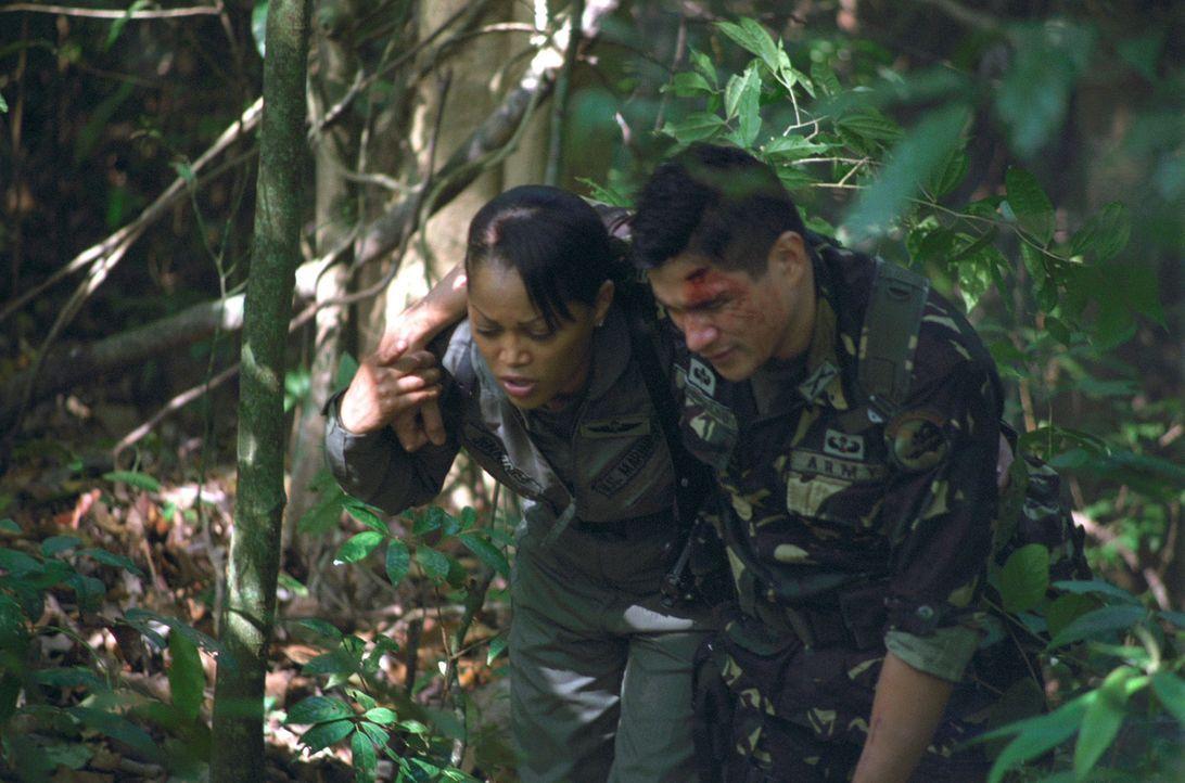 Von hemmungslosen Feinden umgeben und ganz auf sich allein gestellt, wagen Matt Daniels (Mark Dacascos, r.) und Amy Jennings (Theresa Randle, l.) da... - Bildquelle: 2005 The Pacific Trust. All Rights Reserved.