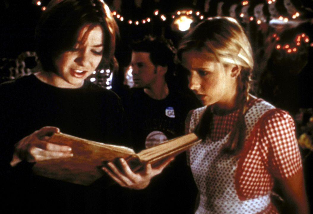 Willow (Alyson Hannigan, l.) versucht, Buffy (Sarah Michelle Gellar) einen Text aus dem Dämonen-Handbuch zu übersetzen. - Bildquelle: TM +   2000 Twentieth Century Fox Film Corporation. All Rights Reserved.