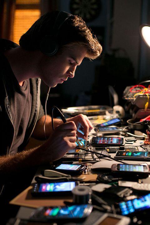 Adam Cassidy (Liam Hemsworth) wartet auf eine Chance, sein Talent zu zeigen und mit einer seiner technologischen Entwicklungen groß rauszukommen. - Bildquelle: 2012 Paranoia Acquisitions LLC. All rights reserved.