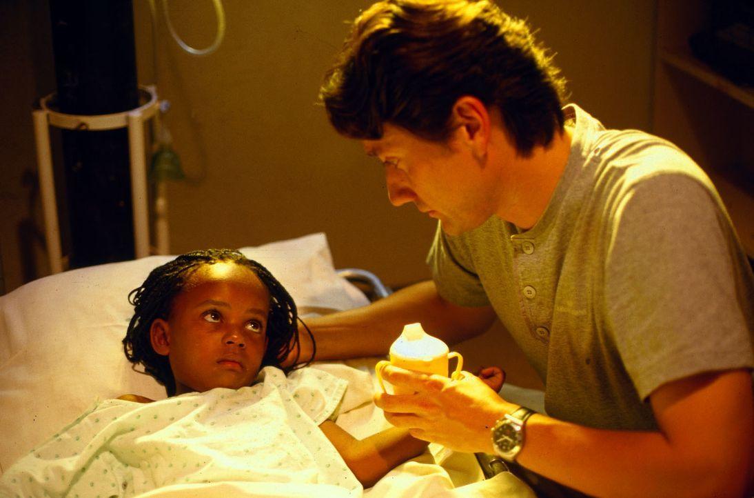 Sorgenvoll betrachtet Dr. Kampmann (Ulrich Reinthaller, r.) die kleine Samila (Hanneke Koopmans, l.). Das Mädchen ist schwer herzkrank und muss so s... - Bildquelle: Norbert Kuhroeber Sat.1