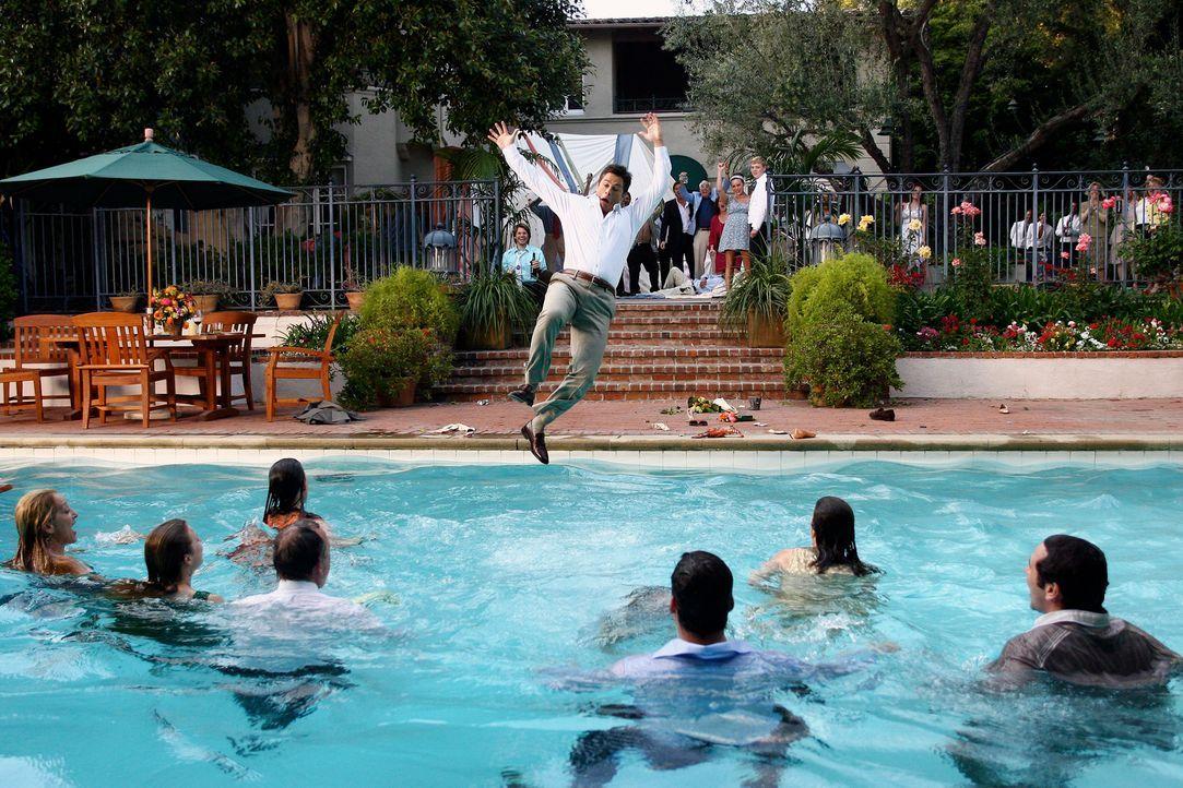 Nachdem die gesamte Walker-Familie schon in den Pool gesprungen ist, folgt ihnen nun auch Robert McCallister (Rob Lowe)... - Bildquelle: Disney - ABC International Television