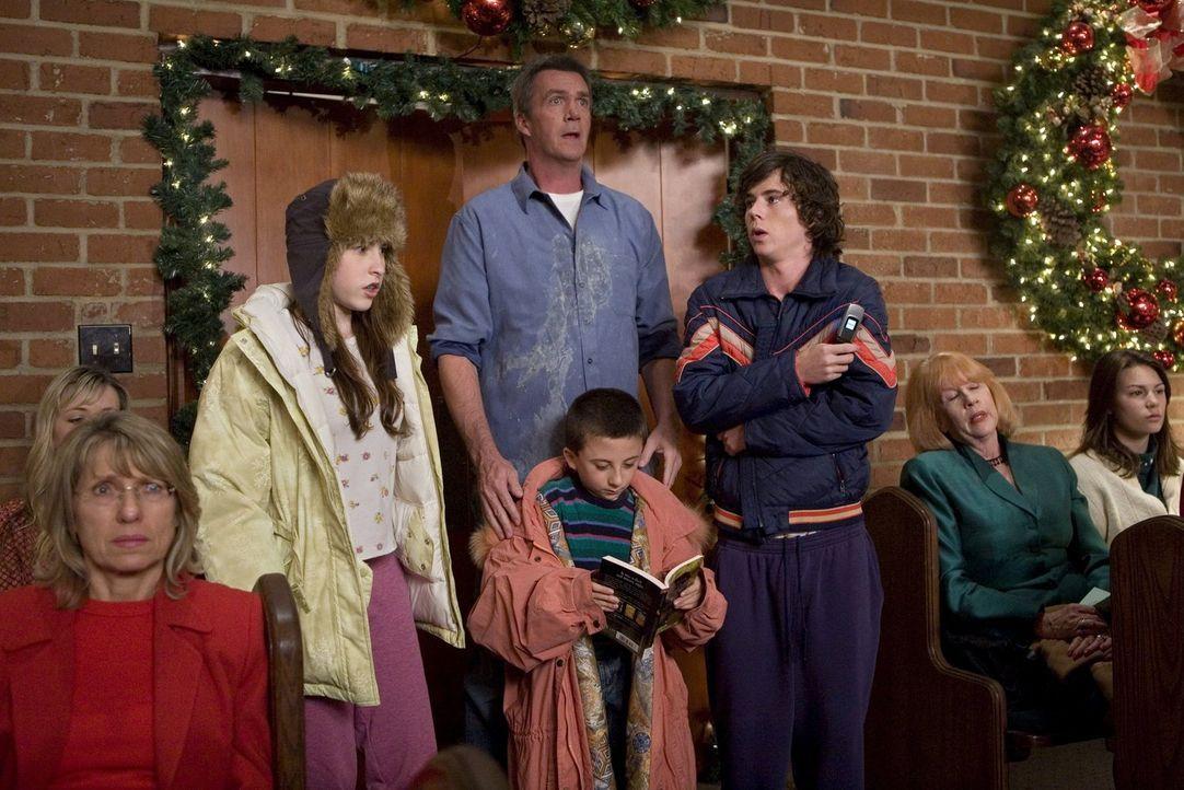 Mike (Neil Flynn, Mitte hinten) hat versprochen, sich um die Kinder Axl (Charlie McDermott, r.), Brick (Atticus Shaffer, Mitte vorne) und Sue (Eden... - Bildquelle: Warner Brothers