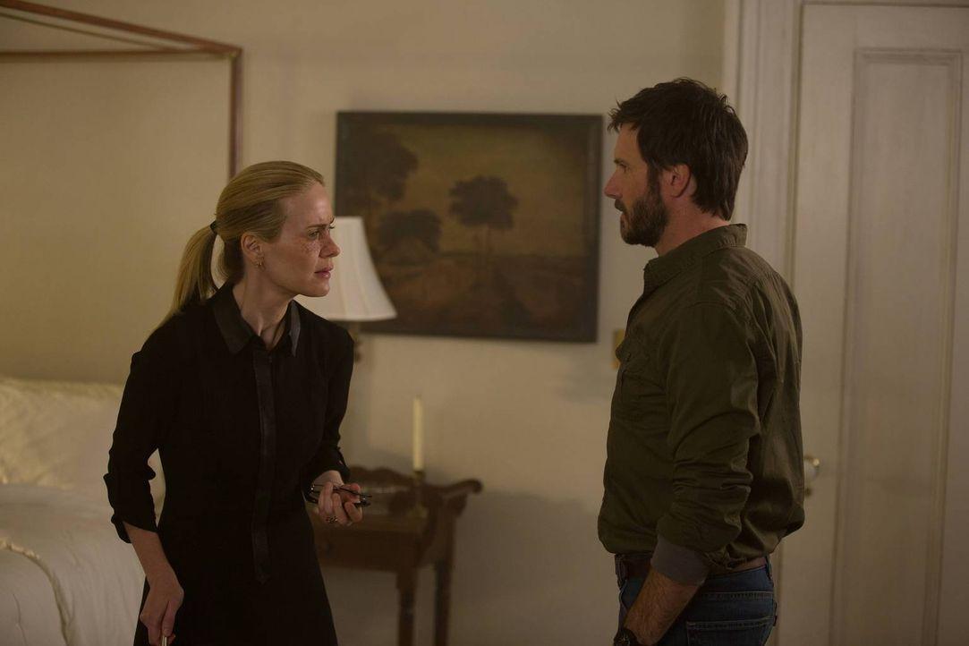 Als Hank (Josh Hamilton, r.) seine Freundin Cordelia (Sarah Paulson, l.) berührt, scheint diese plötzlich all seine Untaten zu sehen. Oder doch nich... - Bildquelle: 2013-2014 Fox and its related entities. All rights reserved.