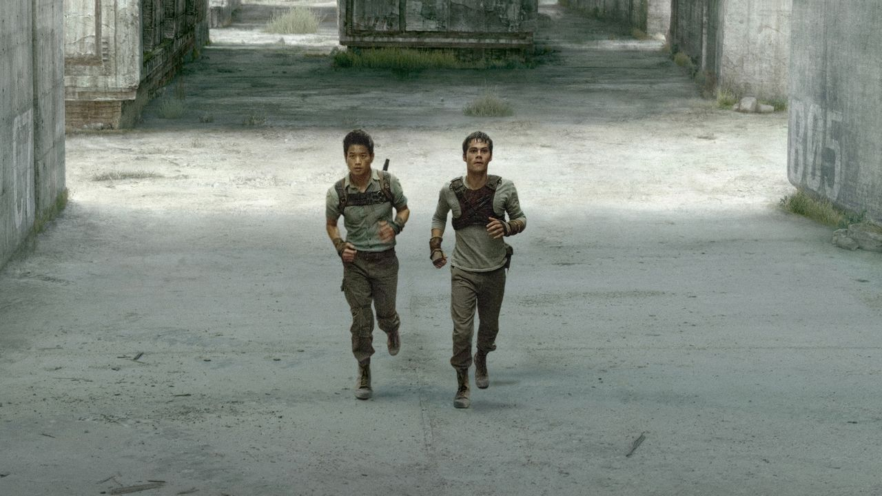 """Jeden Tag wagen sich die """"Läufer"""" Minho (Ki Hong Lee, l.) und Thomas (Dylan O'Brien) in das Labyrinth, das sie und andere Jungs auf einer Lichtung f... - Bildquelle: 2014 Twentieth Century Fox Film Corporation.  All rights reserved."""