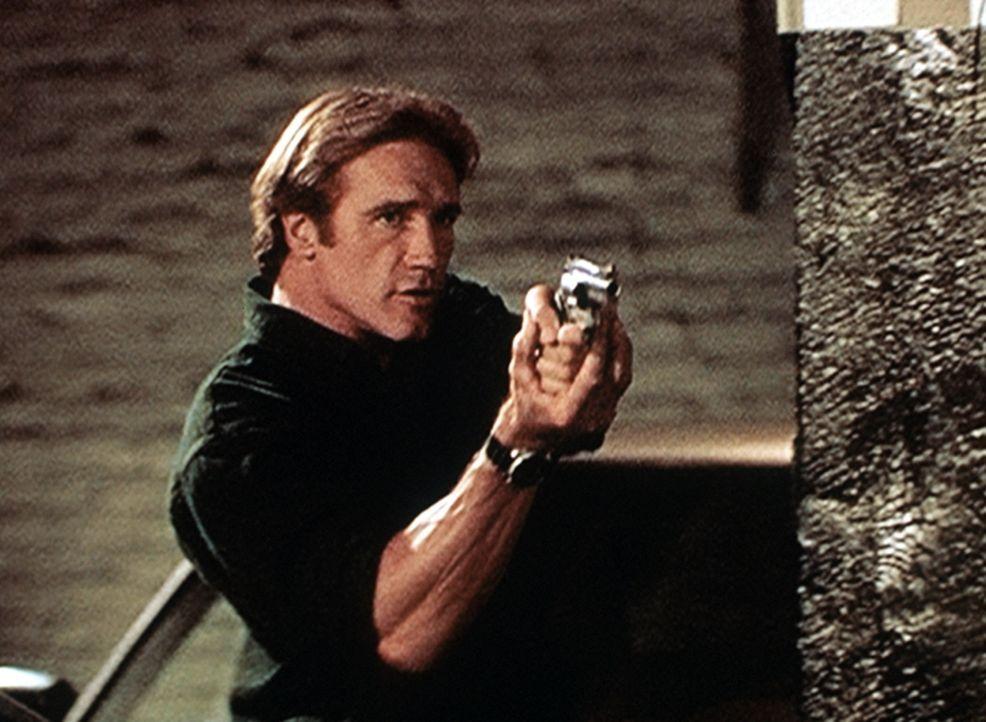 Steve (Barry Van Dyke) hält Janine Vogel in Schach, die mehrere Menschen aus purer Geldgier umbringen ließ. - Bildquelle: Viacom