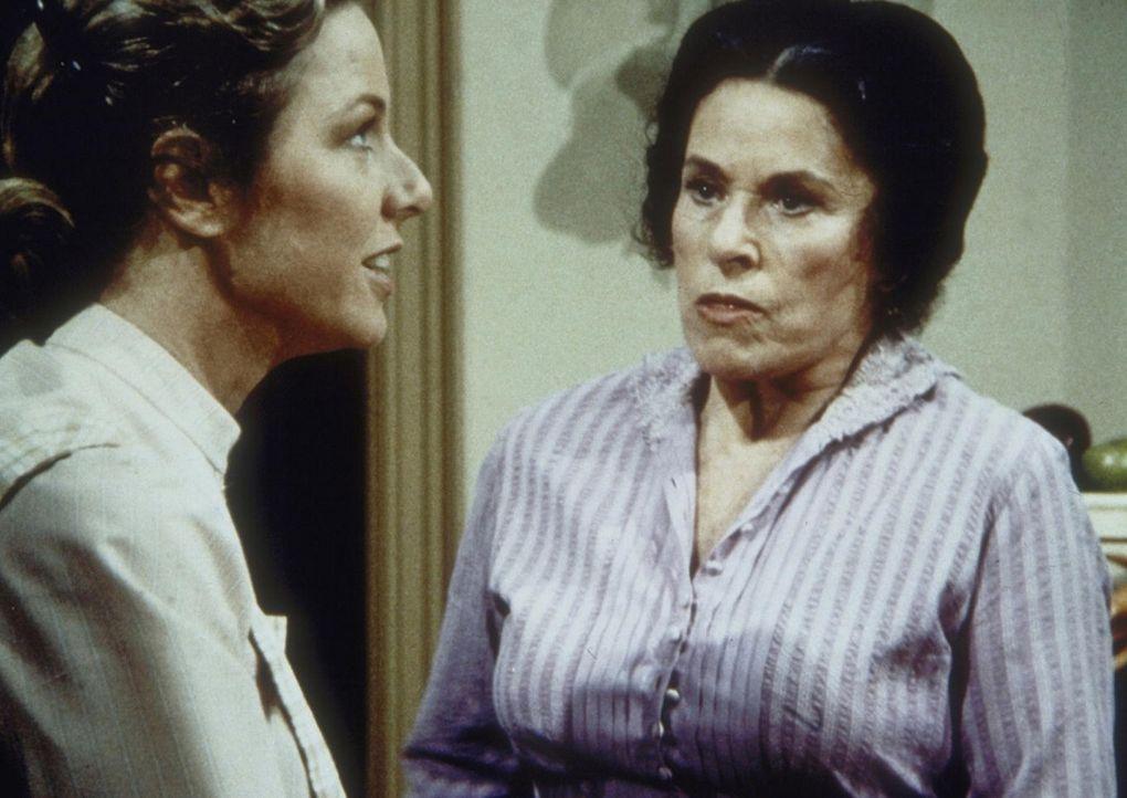 Caroline Ingalls (Karen Grassle, l.) sagt der Klatschtante Harriet (Katherine MacGregor, r.), die mal wieder ein privates Telefongespräch mitgehör... - Bildquelle: Worldvision