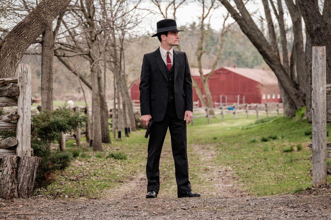 Ein kluger Mann aus dem Süden soll dem Schrecken ein Ende bereiten: Melvin Purvis (Colin Price) kämpft als FBI-Agent in Chicago gegen das Unrecht. D... - Bildquelle: Darren Goldstein Cineflix 2015