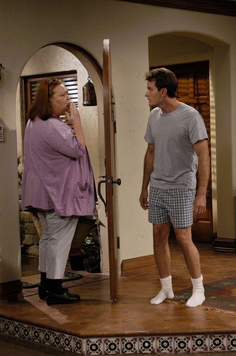 Alan schreibt Charlies (Charlie Sheen, r.) Haushälterin Berta (Conchata Ferrell, l.) vor, wie sie den Haushalt zu führen hat. Das kann ja nicht gu... - Bildquelle: Warner Brothers Entertainment Inc.