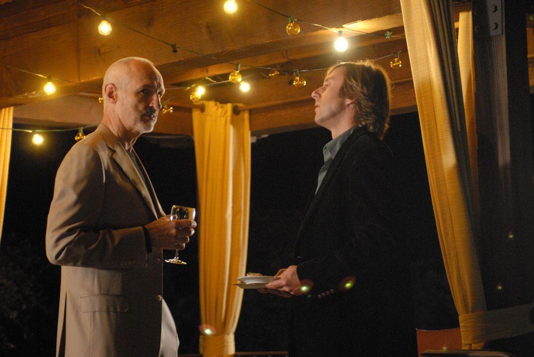 Peter Barrister (Michael Gross, l.) hat Joe (Jake Weber, r.) erst am Morgen bei einem Vorstellungsgespräch kennen gelernt und ihn zusammen mit Allis... - Bildquelle: Paramount Network Television