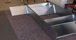Ist die Mittelwand angeschraubt, folgt die zweite Reihe Regalböden.