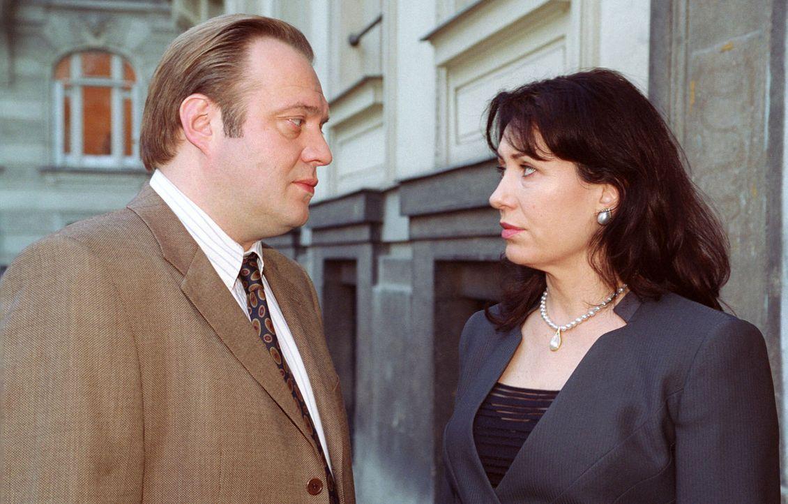 Die Hauptverdächtigen Christine Zartmann (Brigitte Karner, r.) und Karl Dovorak (Jan-Gregor Kremp, l.) bei einem vertraulichen Gespräch. - Bildquelle: Ali Schafler Sat.1